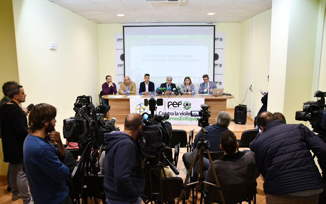 La Federación Extremeña de Fútbol presentó la Campaña Integral Antiviolencia (8)