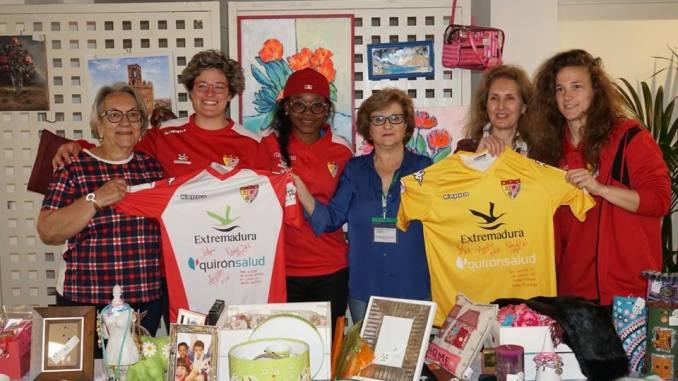 El Santa Teresa Badajoz y QuirónSalud Clideba donan dos camisetas a la AECC