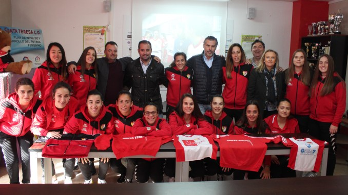 El Santa Teresa Badajoz dona material deportivo a Perú