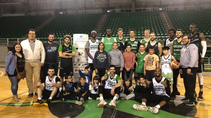 Los jugadores del Cáceres reciben la visita de ANDAH