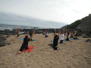 Stretching en la playa con senderismo