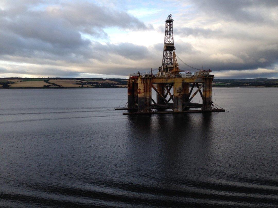 Plataforma petrolífera en el Cromarty Firth