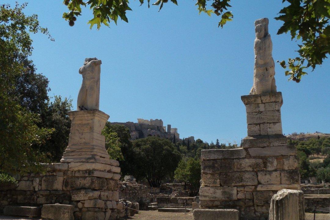 Pórtico de los Gigantes con la Acrópolis al fondo