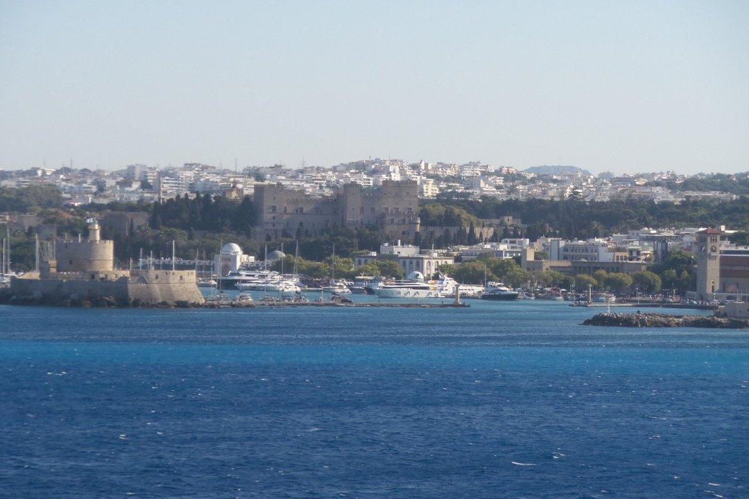 El puerto de Mandraki desde el mar
