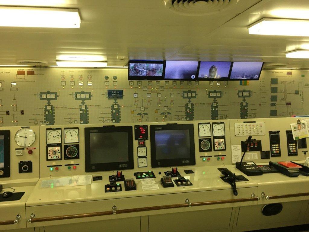 Vista parcial de la sala de control