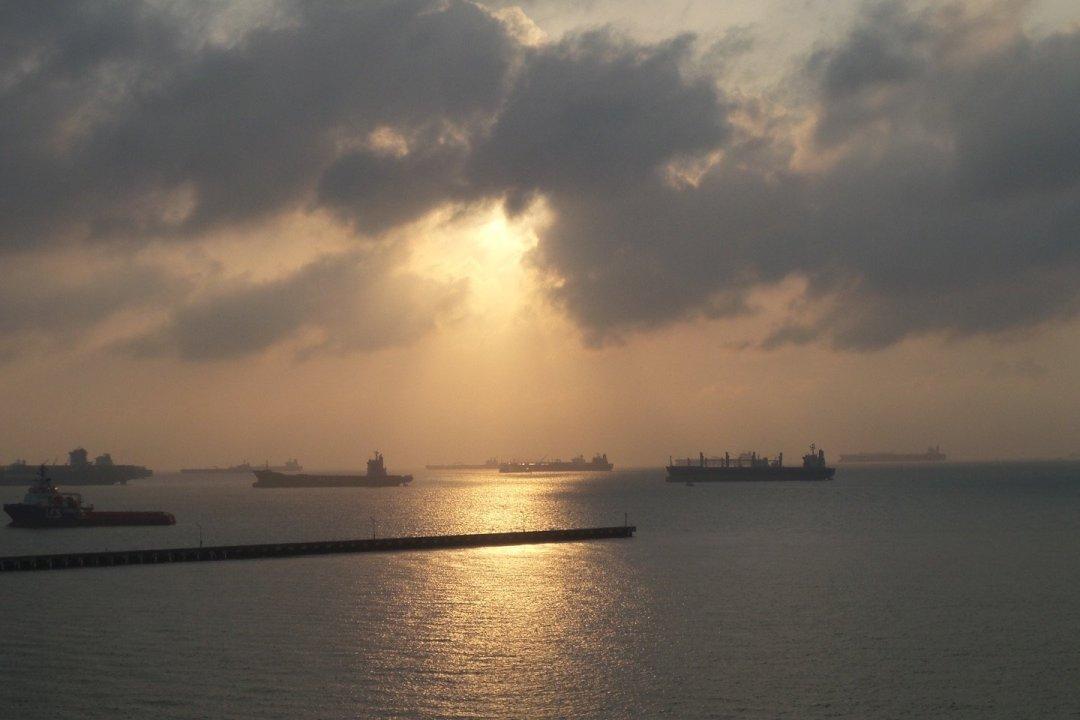 Barcos al amanecer en el estrecho de Singapur