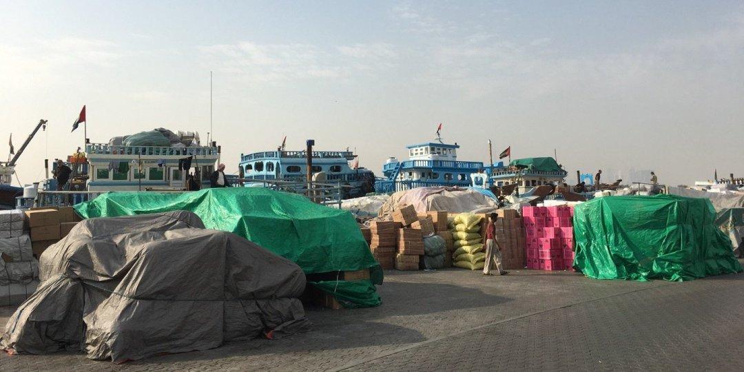 Mercancías en los muelles de Dubai Creek