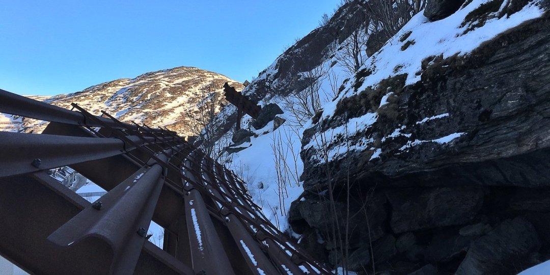 Barreras antiavalancha en el Sikksakkveien