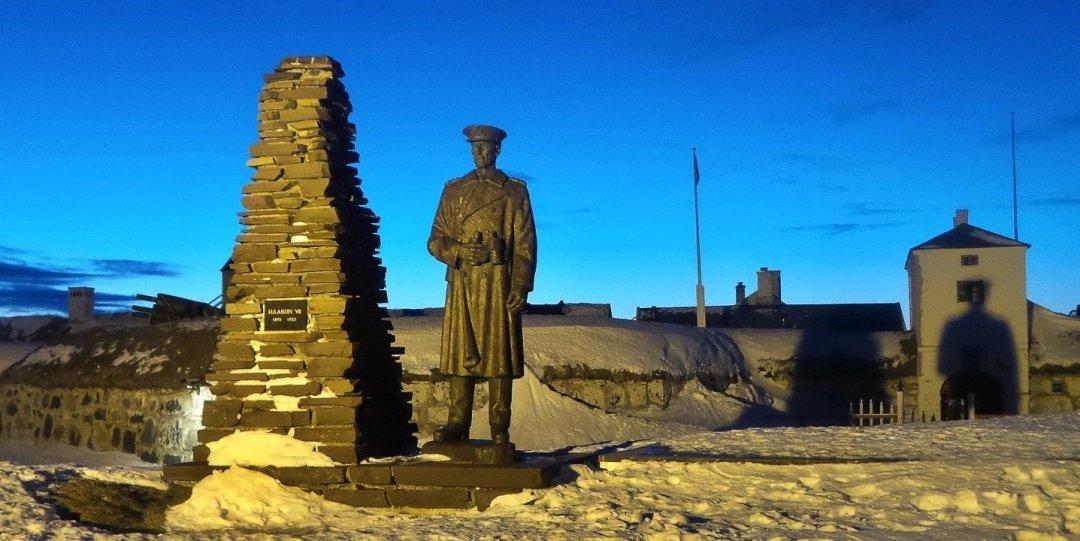 Estatua de Haakon VII frente a Vardøhus