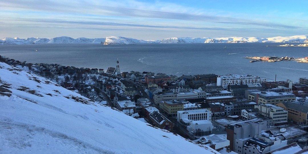Hammerfest y Sørøysundet desde el monte Salen