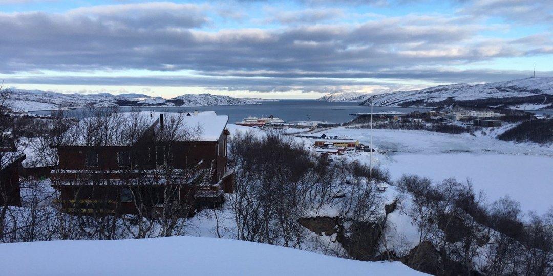 Kirkenes y el Bøkfjorden desde la ladera del Prestfjellet