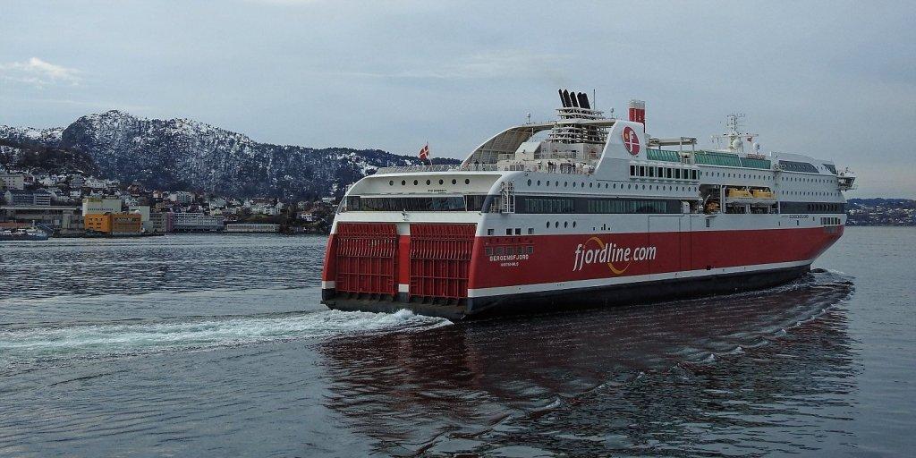 El Bergensfjord zarpando de Bergen