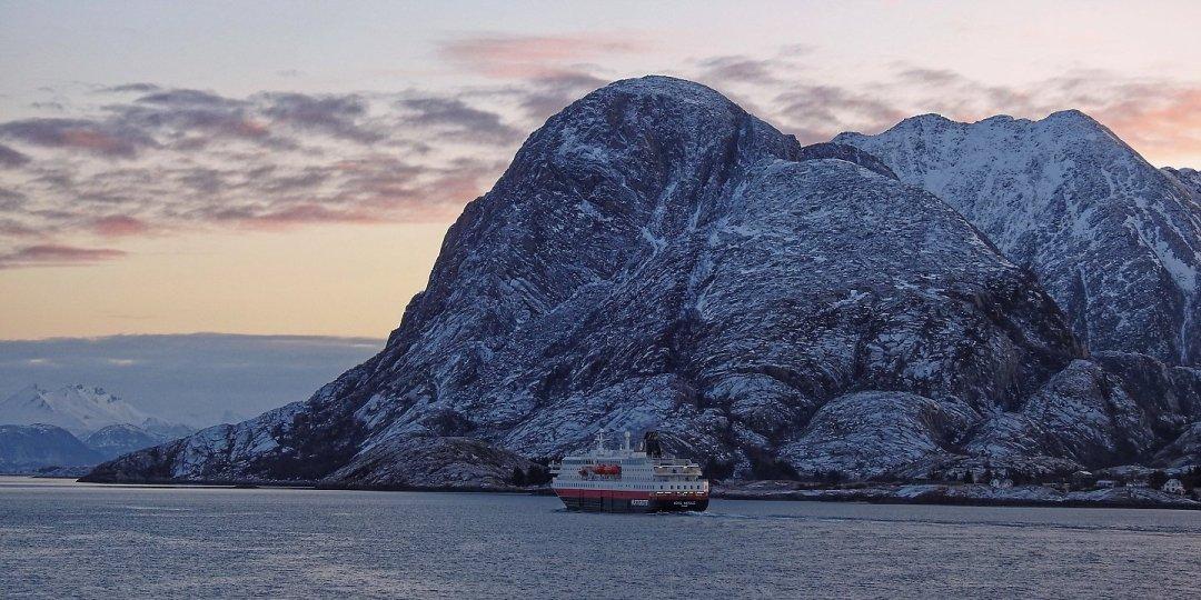 El Kong Harald en la costa de Helgeland