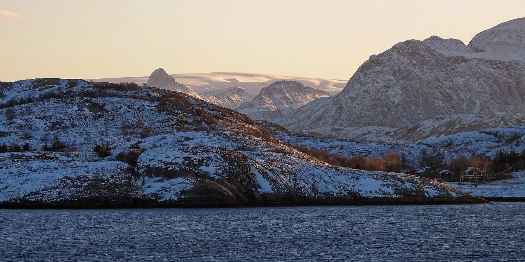 El Svartisen desde la costa de Kalvøya