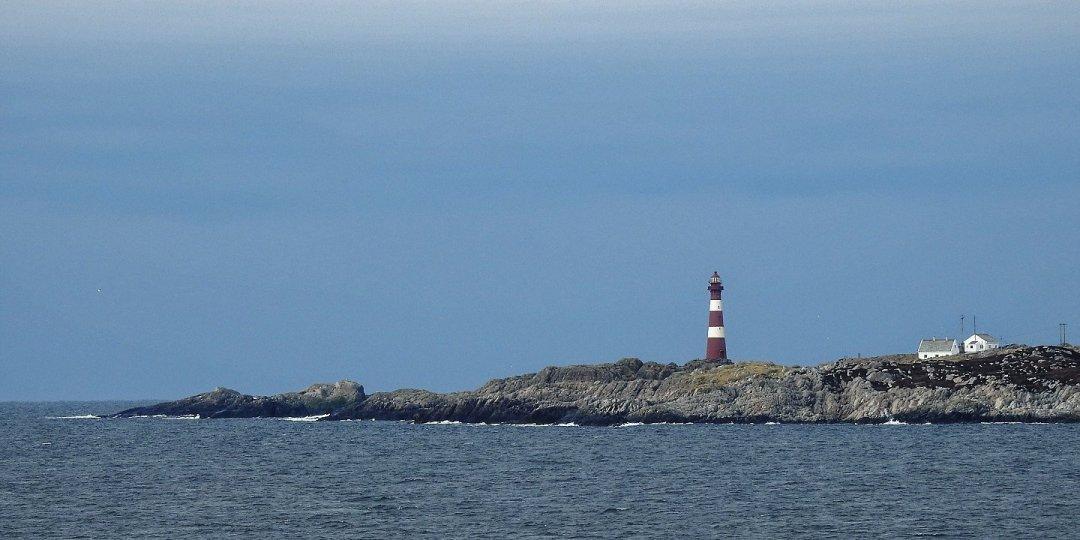 El faro de Hellisøy desde el este