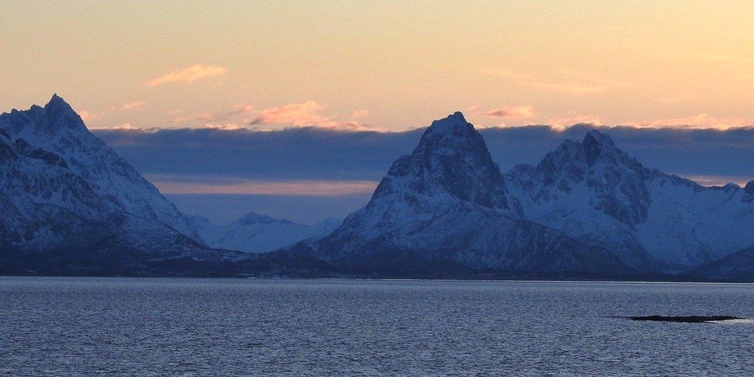 El sol se oculta tras Austvågøya