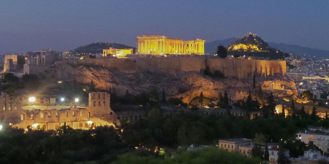 Cae la noche sobre la Acrópolis