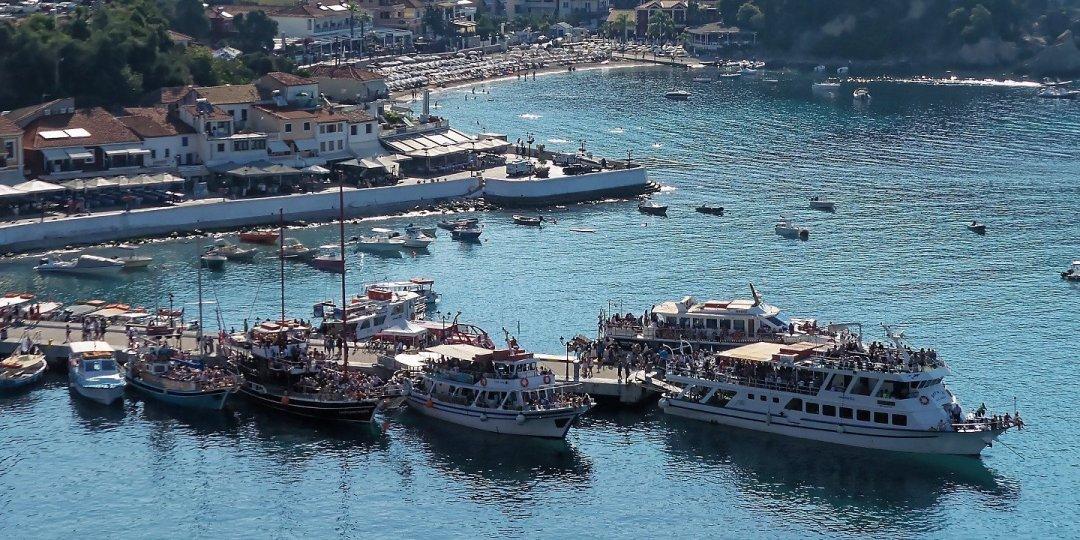 Embarcaciones turísticas en el puerto de Parga
