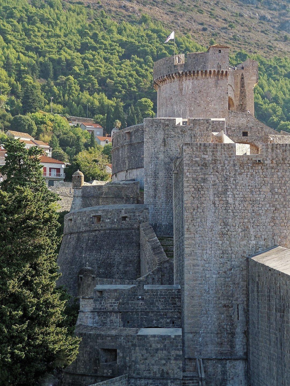 Muralla occidental y torre Minčeta