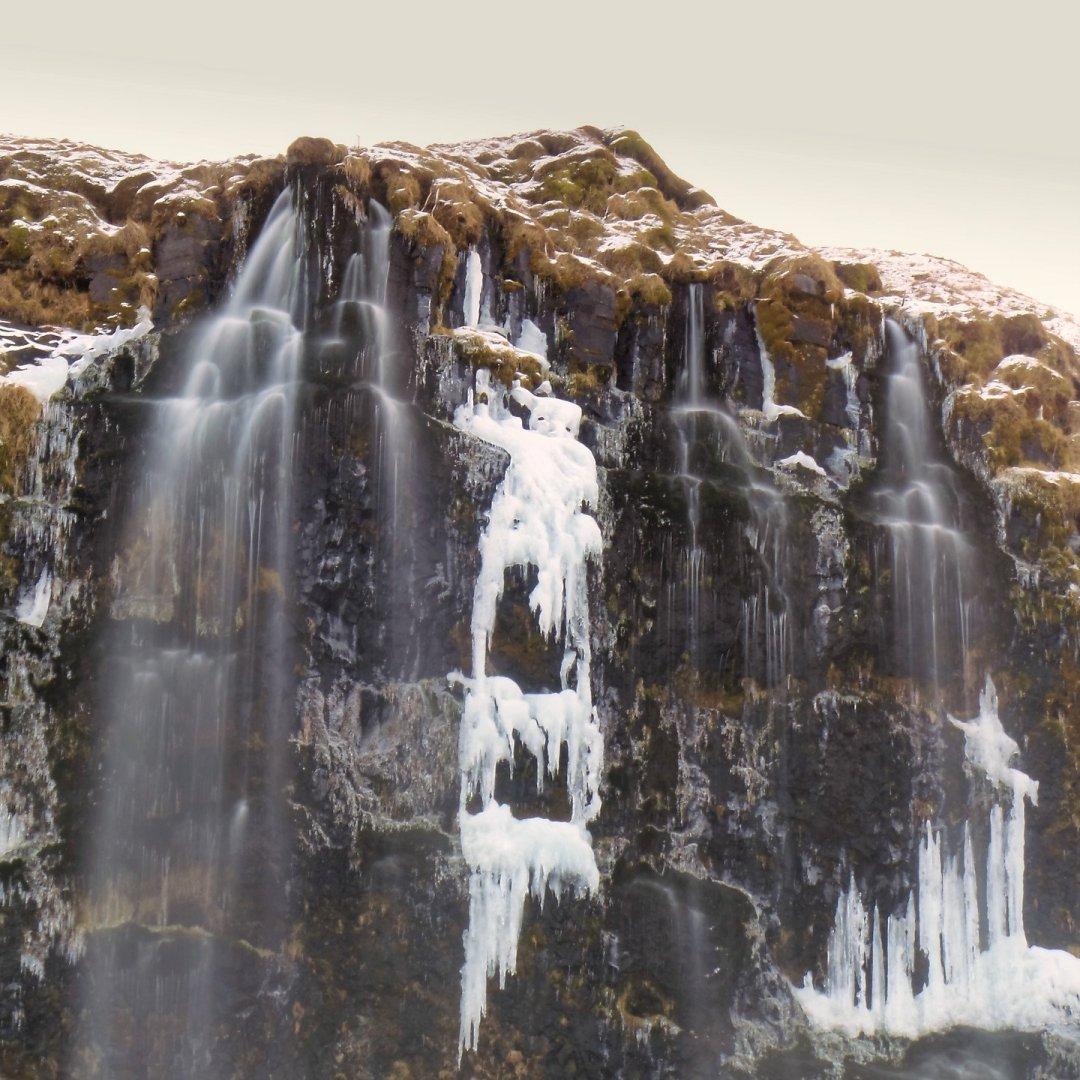 Hielo y agua en Seljalandsfoss