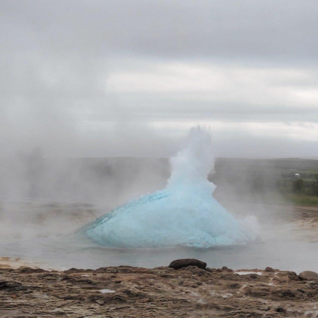 El Strokkur al comienzo de una erupción