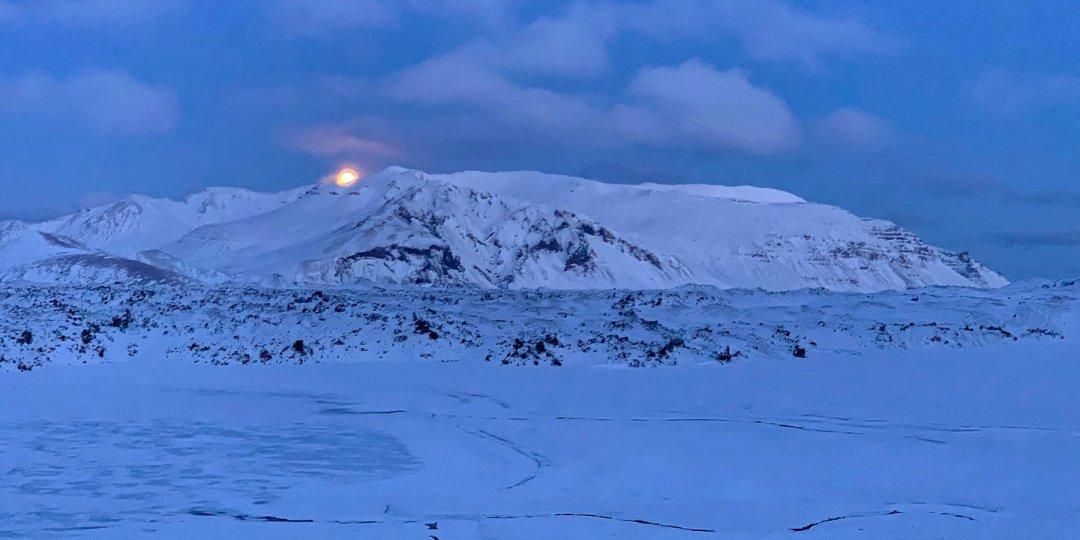 La luna se pone al norte de Vatnaleið
