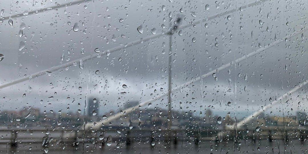 Mañana de lluvia en el puente Zolotoy