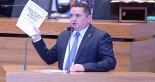 Veras entrega relatório com situação dos projetos da CESC ao novo presidente da comissão