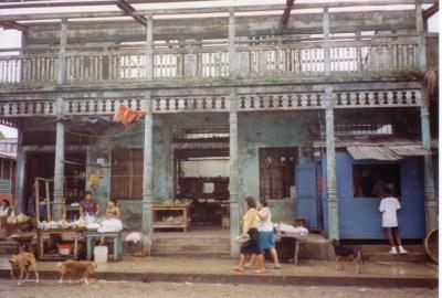 """Bluefield Der Ort wurde mehrfach durch Hurrikane zerstört. Viele Häuser hatten damals kein Dach, obwohl der letzte Hurrikan bestimmt mehr als zehn Jahre her war. Die Nicas sagten oft sie wären """"Malnacidos"""" (Schlecht Geborene). Revolution, Krieg, Wirbelstürme, Armut Nicaragua ist ein arg gebeuteltes Land."""