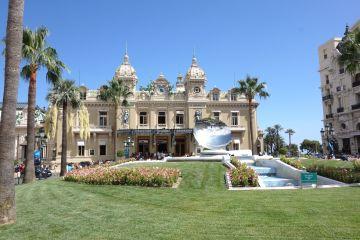 Promenade durch Monaco - prunkvolle Yachten, teure Autos und schöne Frauen