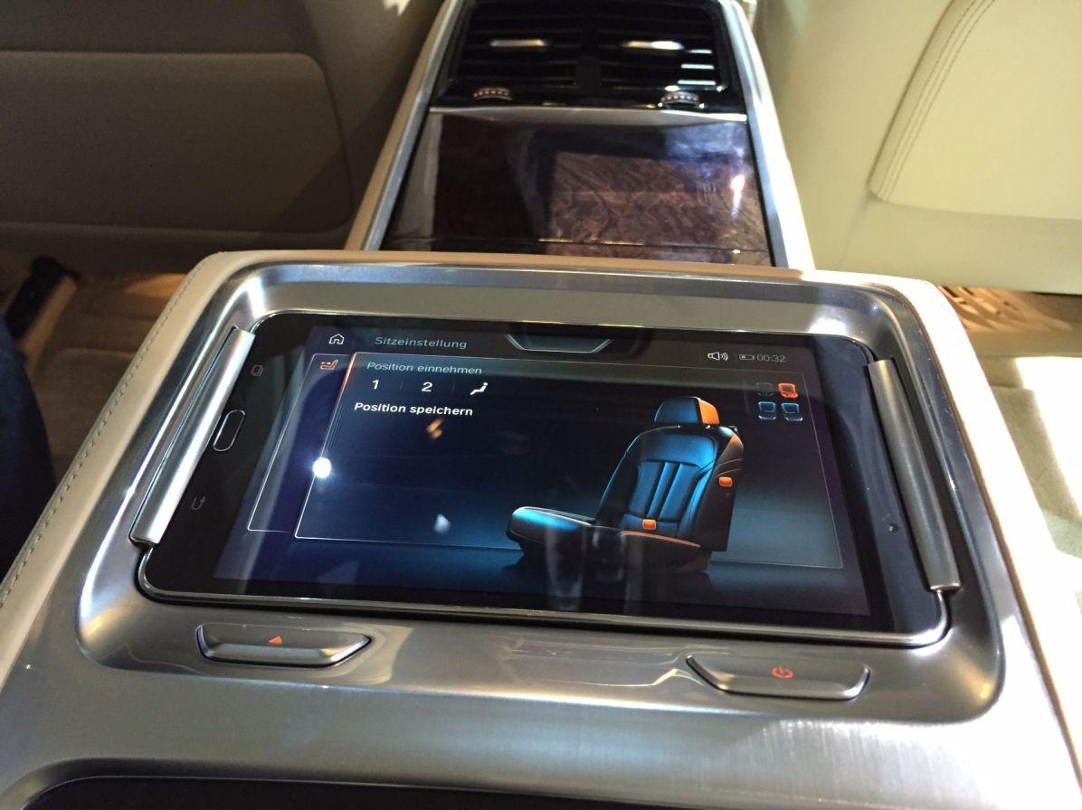 BMW 7er 2015 Bildschirm zwischen den Rücksitzen