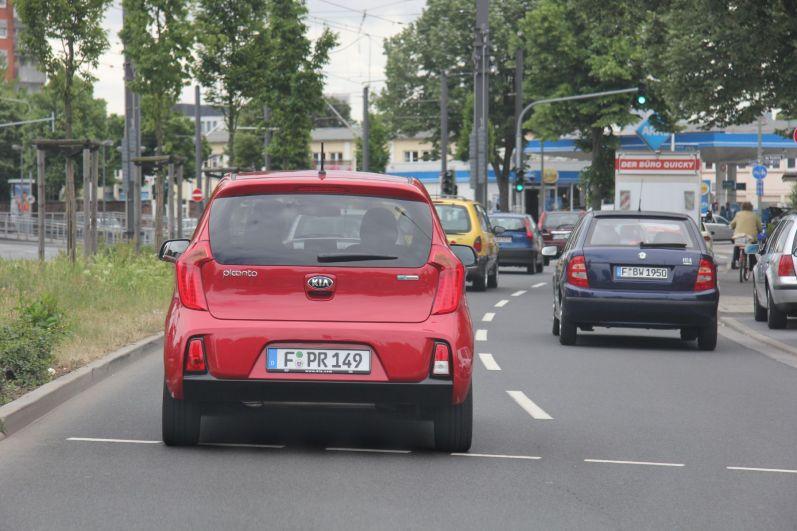 Kia Picanto Signalrot Stadtverkehr