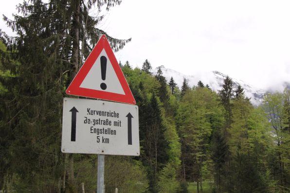 Kurvenreiche Bergstraße mit Engstellen