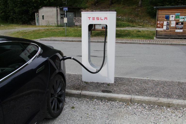 Umfrage: Tesla schafft autonomes Fahren zuerst