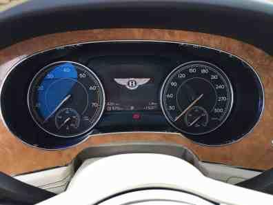 Bentley Bentayga Tacho mit Bentley-Signet
