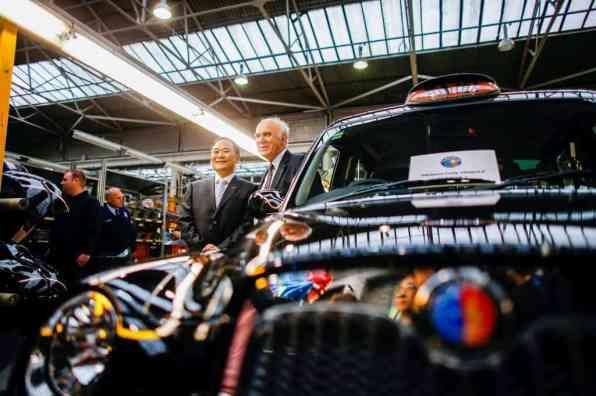 Der Vorsitzende der Geely Group, Li Shufu, und Wirtschaftsminister Vince Cable gaben den Startschuss für die Produktion des Londoner Taxis noch im alten Werk.
