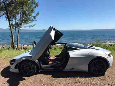 McLaren 720S Luxury mit geöffneten Flügeltüren