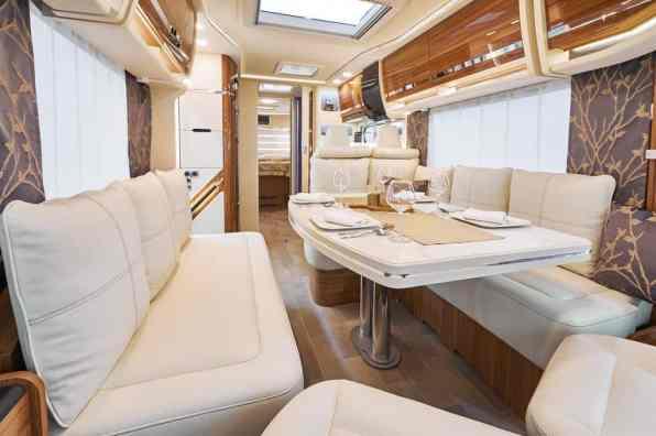 Eura Mobil Integra Wohnraum mit zwei Längsbetten