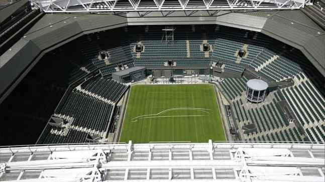 Jaguar XF Sportbrake als Silhouette auf den Centre Court in Wimbledon..