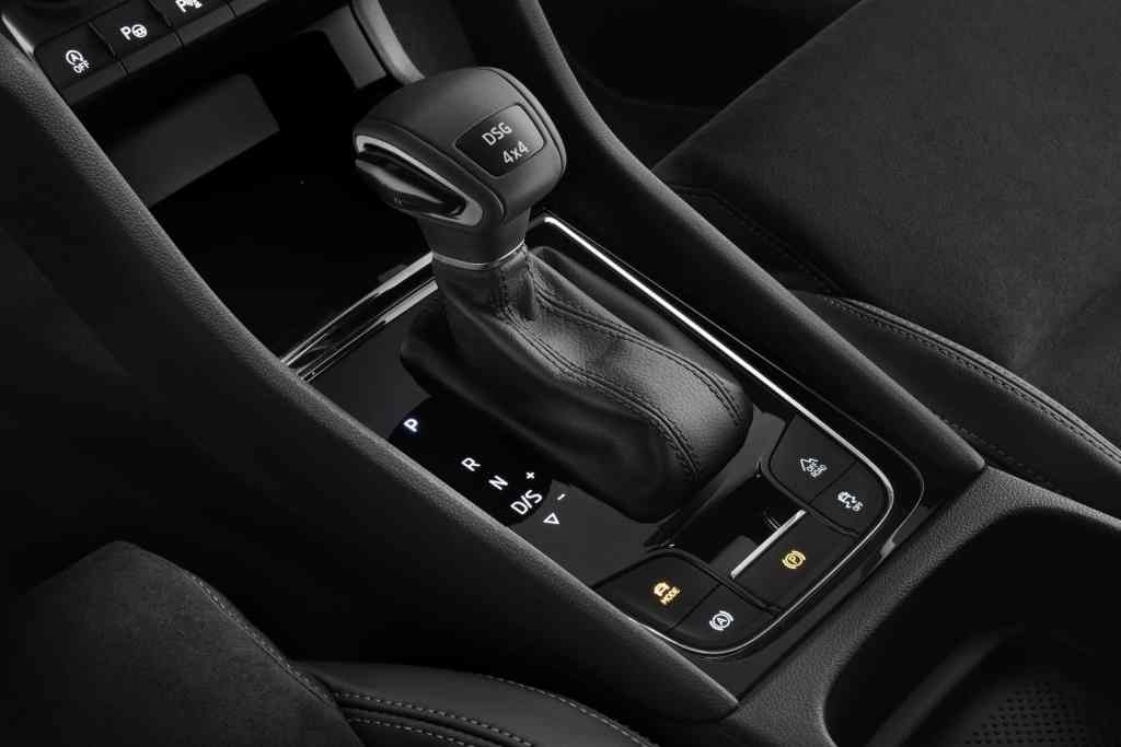 ŠKODA KAROQ: Das neue kompakte ŠKODA SUV wird serienmäßig mit elektronischer Parkbremse und optional mit 4×4-Antrieb sowie 7-Gang-DSG angeboten.