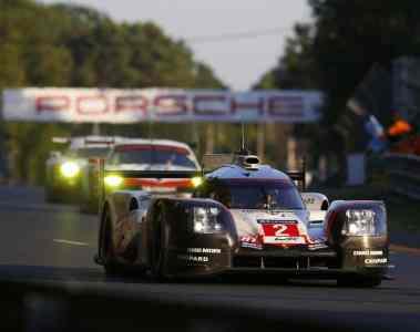 Porsche macht nach 24 turbulenten Stunden in Le Mans erneut das Rennen