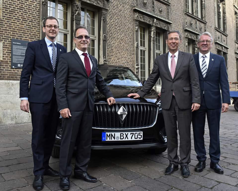 Der Borgward BX7 soll ab 2018 in Bremen produziert werden (v.l.): Wirtschaftssenator Martin Günthner, Aufsichtsratsvorsitzender Christian Borgward, Bürgermeister Carten Sieling und Vorstandsvorsitzender Ulrich Walker.
