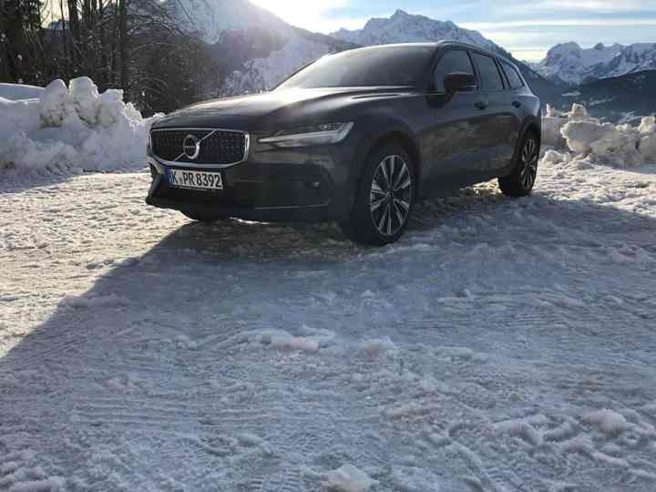 Im Volvo V60 Cross Country D4 AWD (2019) im Schnee - Review im Video
