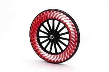Bridgestone wird erstmals auf der CES 2020 in Las Vegas (07. - 10.01.2020) präsent sein. Im Rahmen des interaktiven Messeauftritts stellt das japanische Hightech-Unternehmen eine Reihe von Mobilitätslösungen vor. Das Unternehmen präsentiert Air-Free-Reifen einschließlich der Konzepte für individuelle Mobilität und kommerzielle Flottenanwendungen. Das Konstruktionsprinzip macht das Befüllen der Reifen mit Luft sowie eine regelmäßige Wartung überflüssig. Darüber hinaus stellt Bridgestone eine luftlose, elastische Reifen- und Speichenlösung für einen Mondrover vor, der derzeit für eine internationale Raumfahrtmission entwickelt wird. Auf der CES zeigt Bridgestone, wie seine digitale Zwillings- und vernetzte Reifentechnologie genutzt werden können. Sie sollen präzise und verwertbare Vorhersagen bezüglich des Reifenzustands und der Fahrbahnoberfläche liefern. Auf der Messe in Las Vegas können Endverbraucher eine Simulation der Plattform Webfleet Solutions entdecken, und verfolgen, wie Telematik ein vernetztes Fahrzeugsystem antreibt. (ampnet