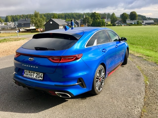 KIA Proceed GT, 150 kW (204 PS), 1600ccm, Twin-Scroll Turbo, mit Handschaltung in Blue Flame metallic.