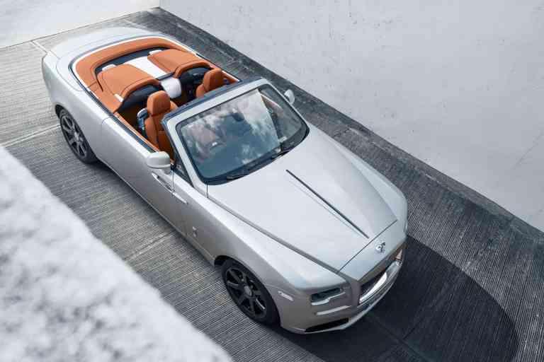 Aus vier mach zwei: Mit geöffnetem Dach wird das viersitzige Drophead-Coupe zum zweisitzigen Roadster.