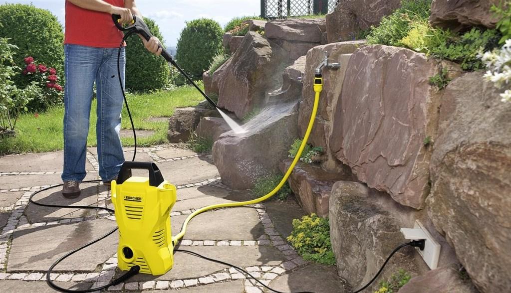 Dieser Abwart arbeitet mit Hochdruck daran, Steine zu reinigen.