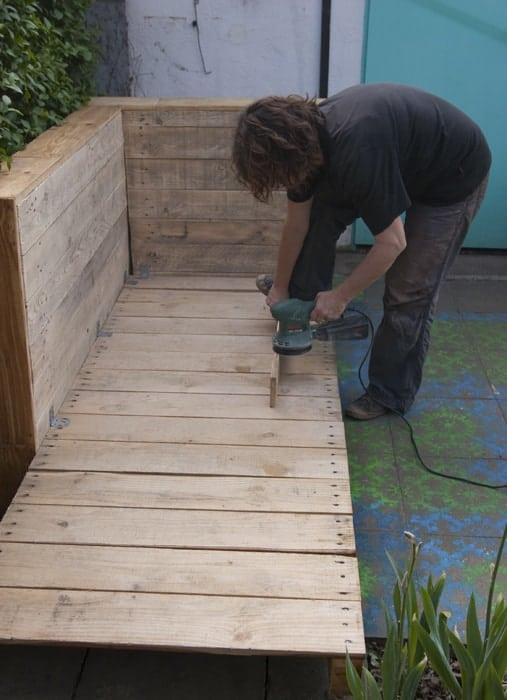 Wir bauen ein Sofa aus Paletten