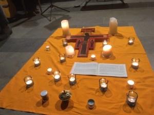 Die gestaltete Mitte in der Stadtkirche: Im Gebet unseren Fokus auf Gott und unsere innere Mitte richten. FOTO: FROMM