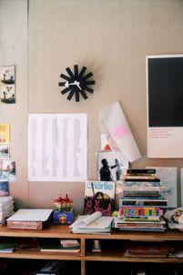 Designklassiker Ball Clock von George Nelson, Vitra, Uhr, Sunburst, Wand, Büro, Wohnzimmer, flur, Design Interior Interirordesign, Innenarchitektur, bunt, schlicht, modern, klassisch